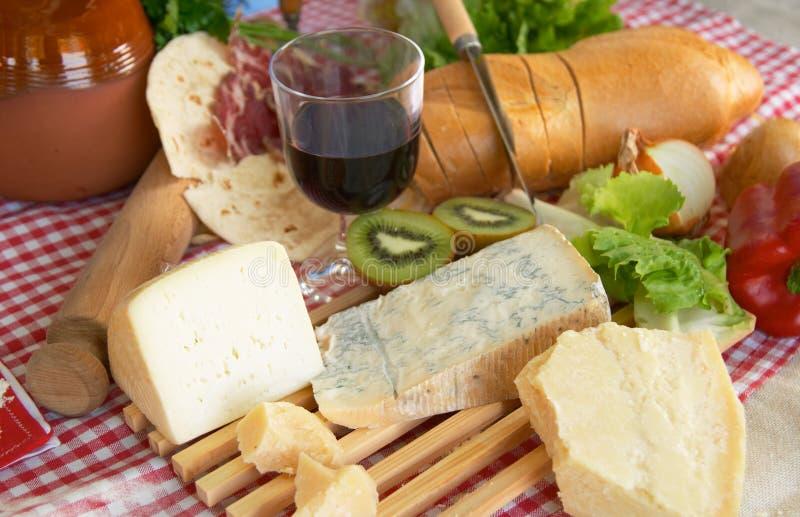 Queso Gorgonzola, parmesano, queso del pecorino, con el vino y el pan imagen de archivo