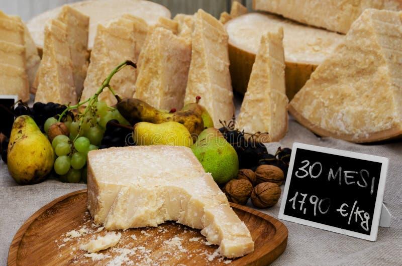 Queso italiano del parmesano en una parada del mercado imagen de archivo
