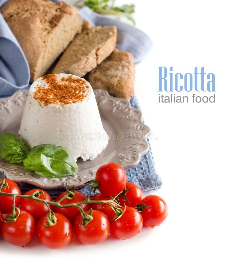Queso italiano del ricotta con los tomates del anuncio del pan fotografía de archivo