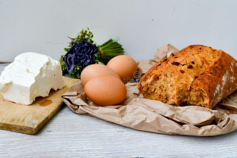 Queso, leche, pan y huevos foto de archivo libre de regalías