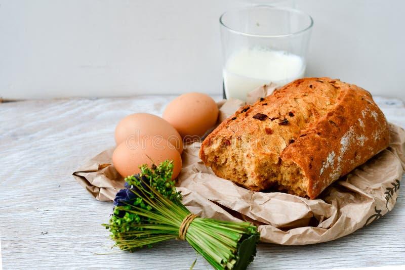 Queso, leche, pan y huevos fotos de archivo