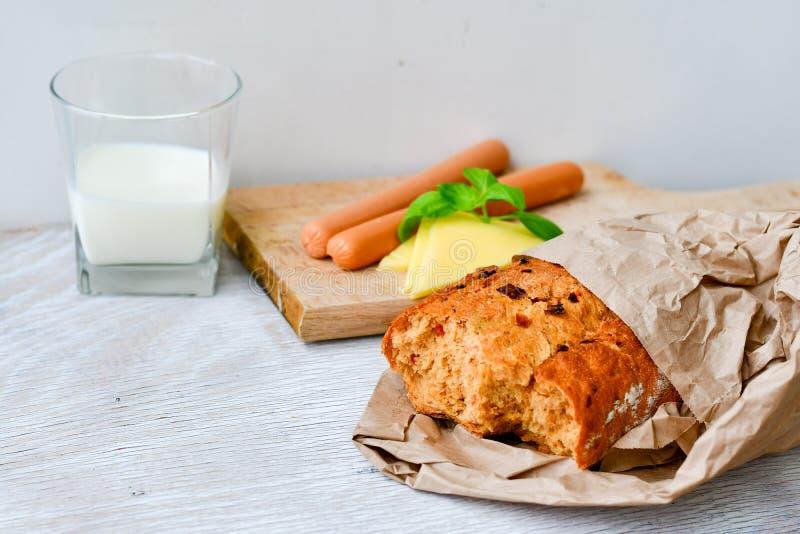 Queso, leche, pan y salchichas amarillos foto de archivo libre de regalías