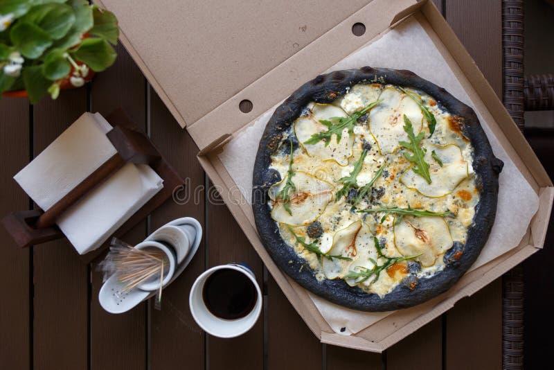 Queso negro de la pizza cuatro con imagen de la opinión superior del café imagenes de archivo