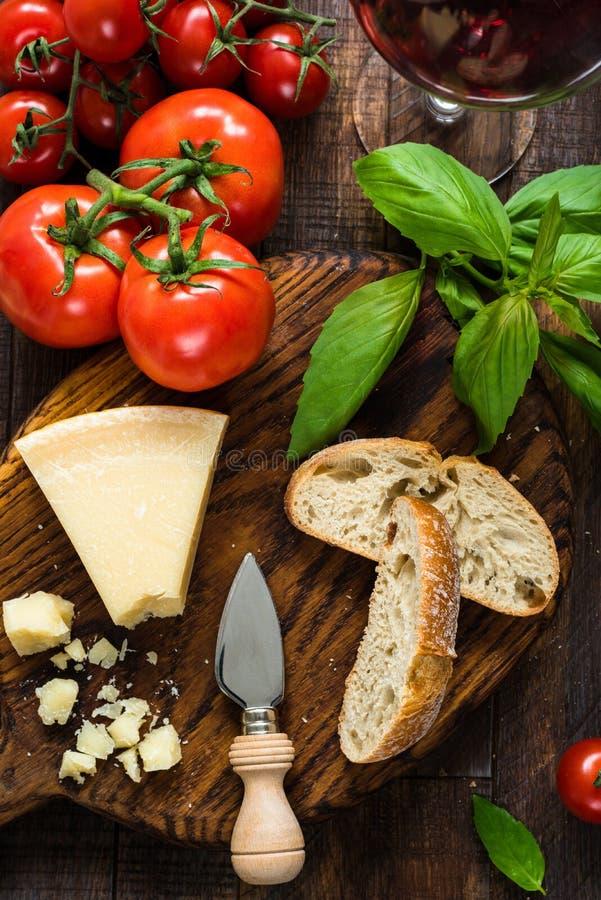 Queso parmesano, ciabatta, albahaca y tomates frescos Comida italiana, cocina italiana imagen de archivo libre de regalías