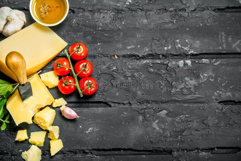 Queso parmesano con los tomates, el ajo y el aceite de oliva fotografía de archivo libre de regalías