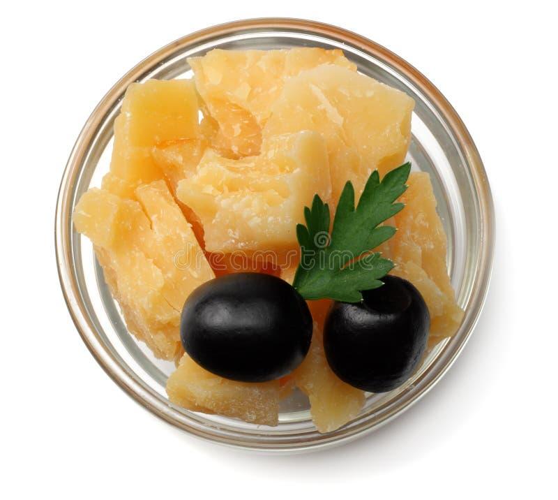 queso parmesano en el bol de vidrio aislado en la opinión superior del fondo blanco fotografía de archivo libre de regalías