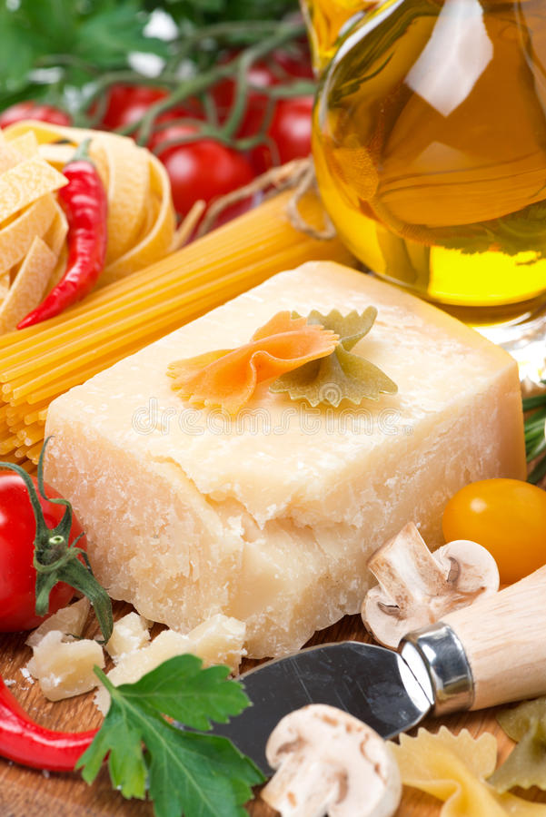 Queso parmesano, especias, tomates, aceite de oliva, pastas imágenes de archivo libres de regalías
