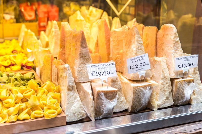 Queso parmesano italiano para la venta en una tienda en Florence Italy fotografía de archivo libre de regalías