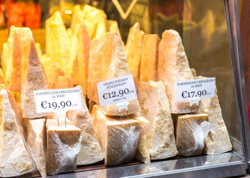Queso parmesano italiano para la venta en una tienda en Florence Italy imágenes de archivo libres de regalías