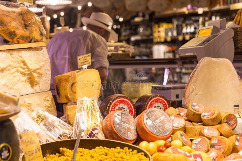Queso parmesano italiano para la venta en una tienda en Florence Italy fotografía de archivo