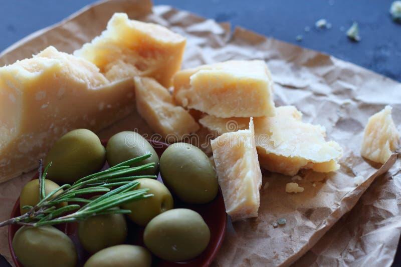 Queso parmesano y aceitunas foto de archivo libre de regalías