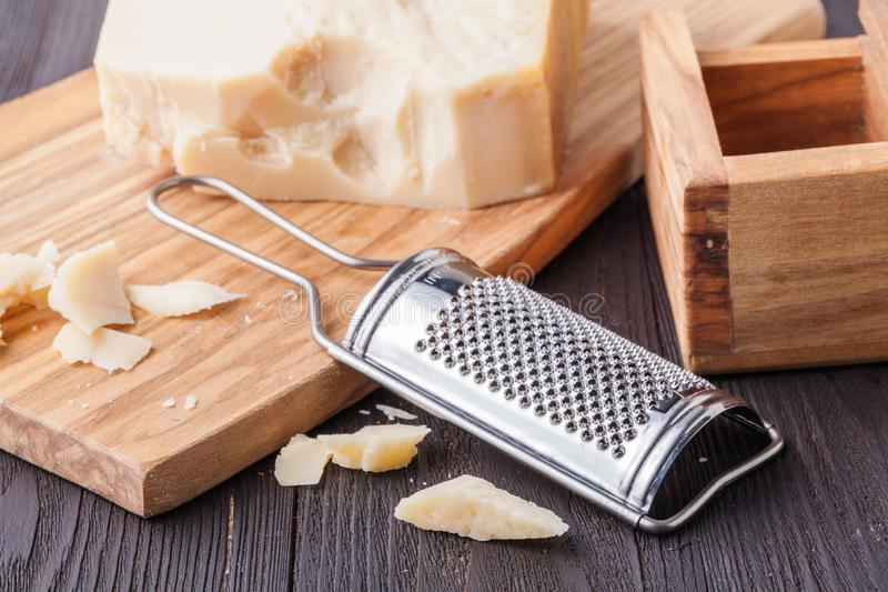 Queso parmesano Queso parmesano y Olive Wood Parmesan Cheese Grater rallados fotografía de archivo libre de regalías
