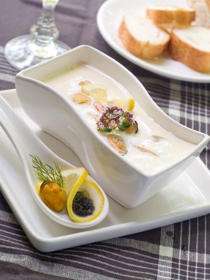 _ queso poner crema sopa con marisco fotografía de archivo libre de regalías