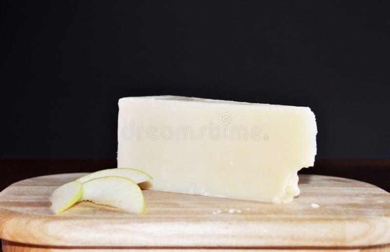 Queso - Romano Pecorino Italian Cheese con las manzanas de la rebanada fotografía de archivo libre de regalías