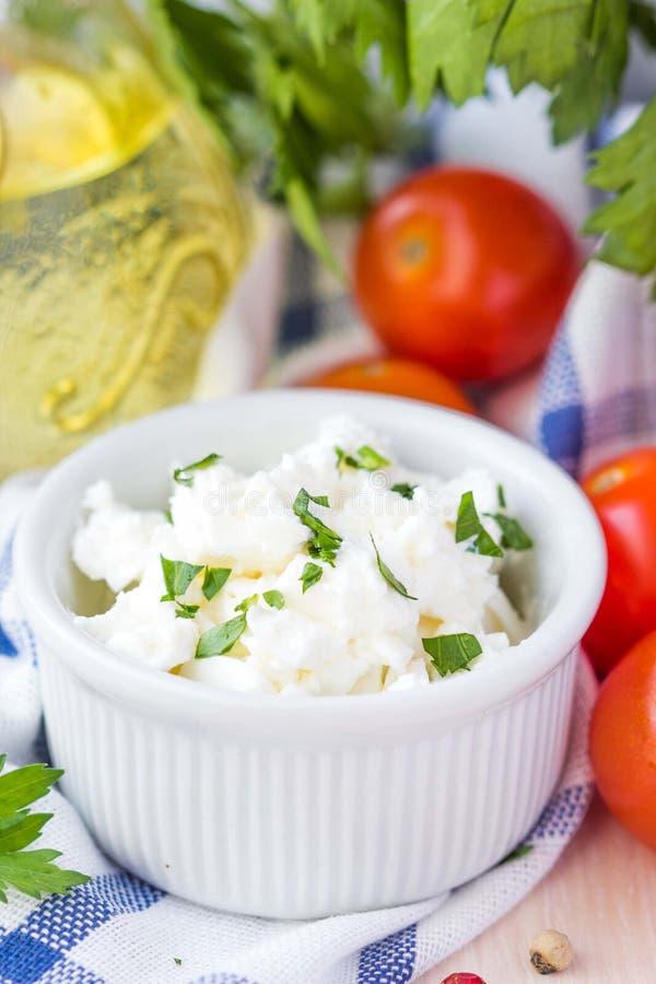Queso suave blanco, queso Feta, cabra en el cuenco con los tomates, perejil fotos de archivo
