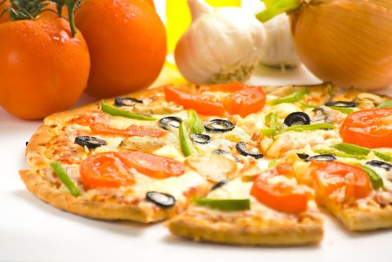 Queso verde oliva de la seta del tomate fresco hecho en casa de la pizza fotos de archivo libres de regalías