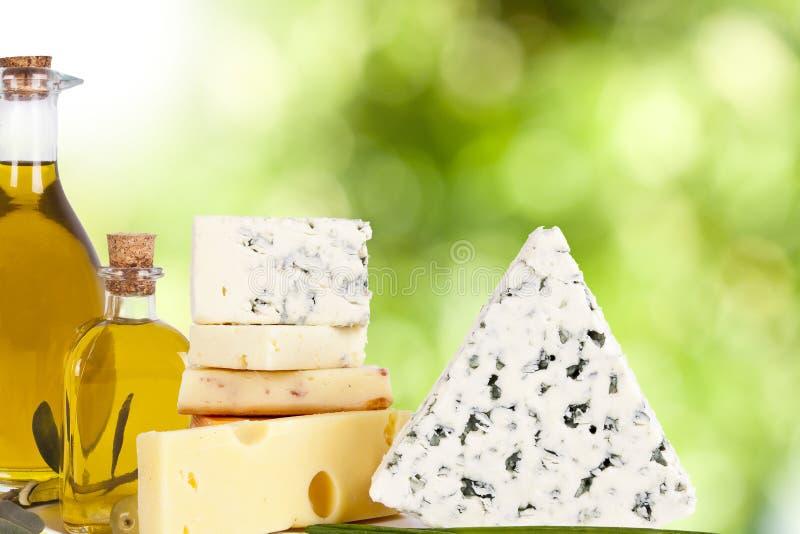 Queso y aceite de oliva foto de archivo