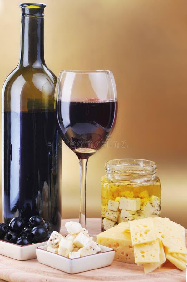 Queso y aceitunas del vino rojo imágenes de archivo libres de regalías