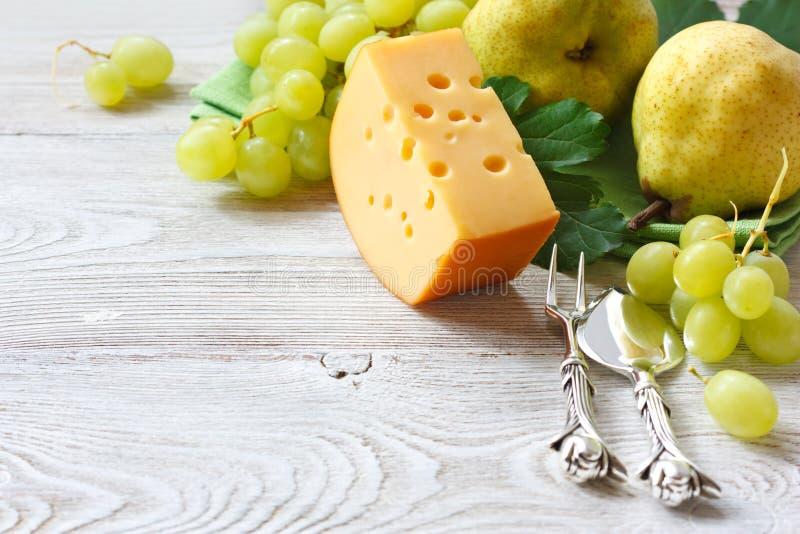 Queso y fruta imagen de archivo libre de regalías