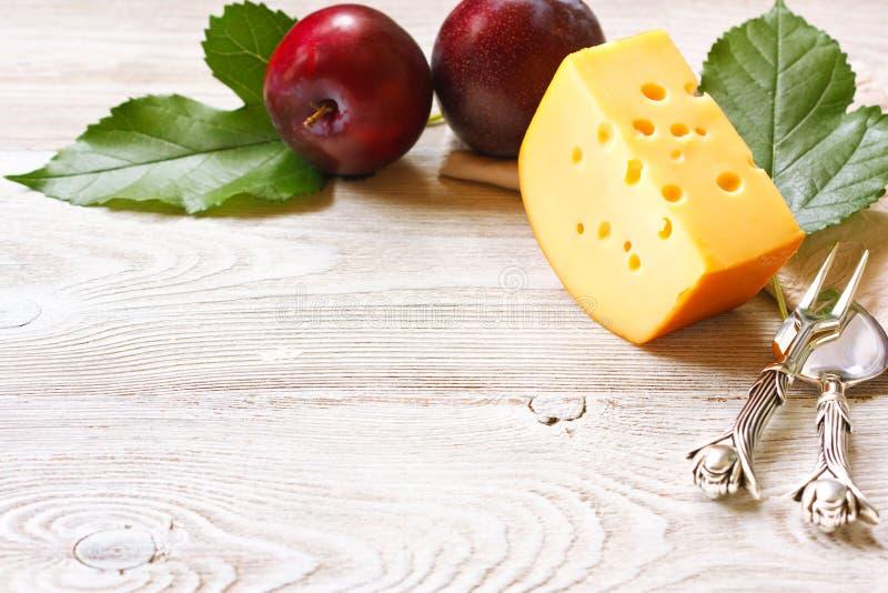 Queso y fruta fotografía de archivo libre de regalías