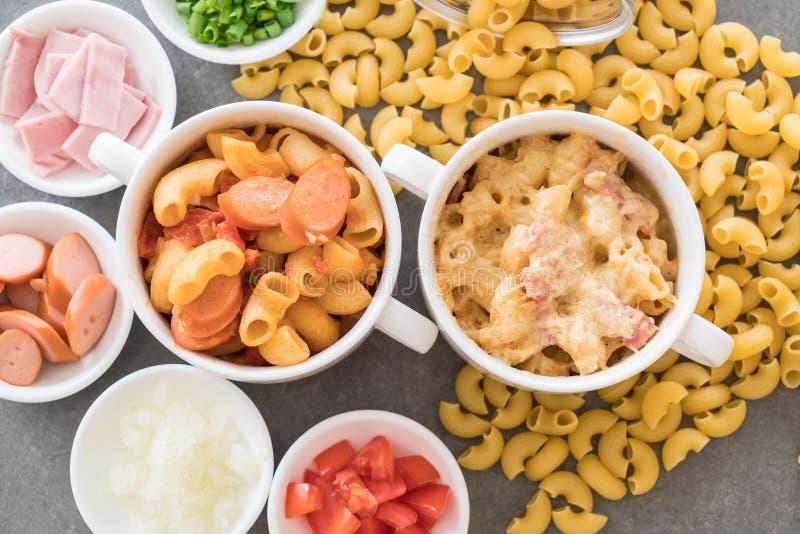 queso y jamón de los macarrones imagenes de archivo