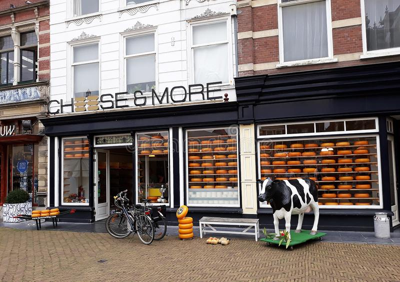 Queso y más tienda, tienda del queso de Holanda en la cerámica de Delft, Países Bajos fotografía de archivo
