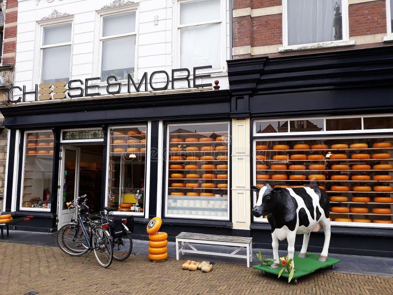 Queso y más tienda, tienda del queso de Holanda en la cerámica de Delft, Países Bajos fotografía de archivo libre de regalías