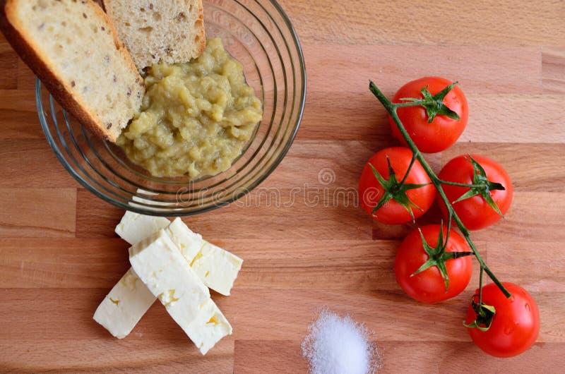 Queso y tomates de la ensalada de la berenjena imágenes de archivo libres de regalías