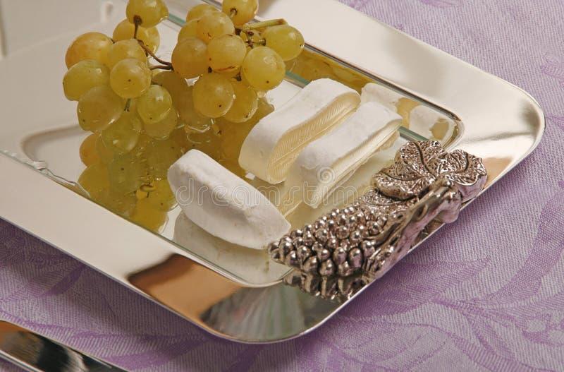 Queso y uva del camembert imagen de archivo libre de regalías
