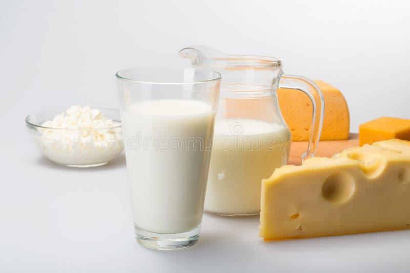 Quesos y leche de los productos lácteos en el gris imágenes de archivo libres de regalías