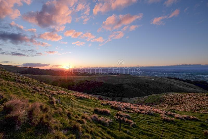 Questa foto è presa durante il viaggio stradale in Nuova Zelanda Stava avvicinando al tramonto ed abbiamo guidato alla cima della fotografia stock