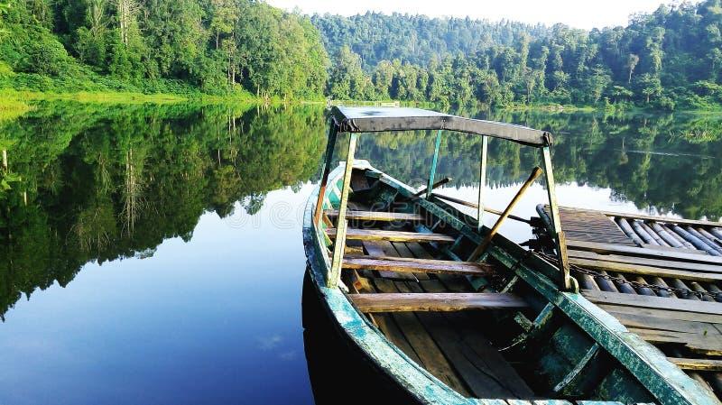Questa nave è tranquillamente nel lago fotografie stock libere da diritti