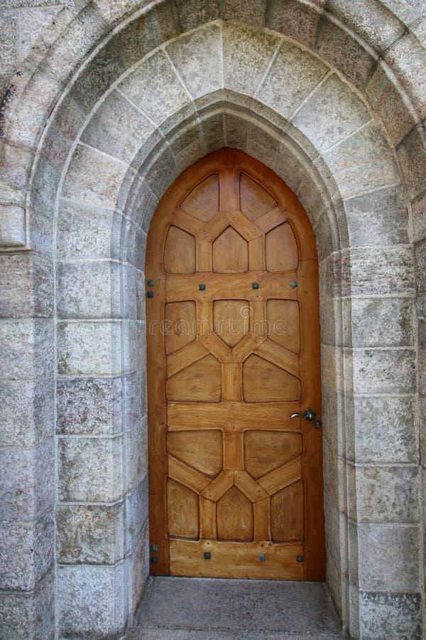 Questa porta della quercia conduce thhis agli antichi la cattedrale fotografia stock