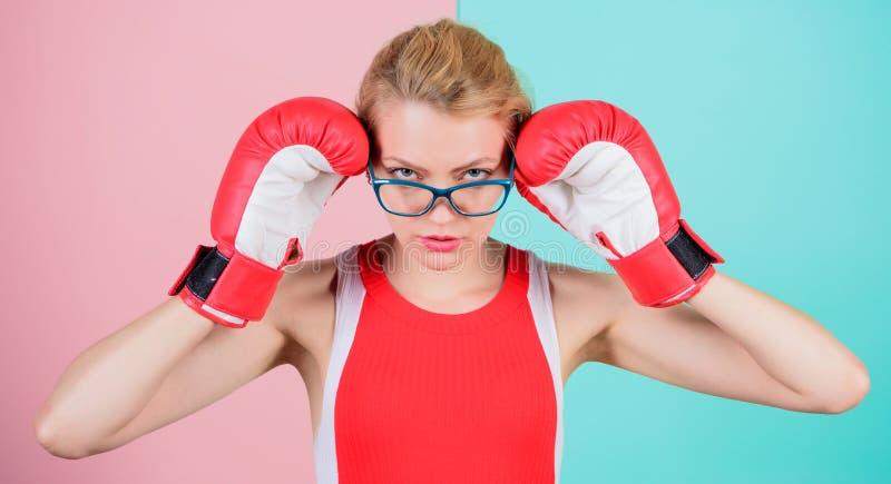 Questa ragazza può Donna atletica nell'usura di sport Donna graziosa in vetri e guantoni da pugile Ragazza sveglia del pugile spo immagini stock