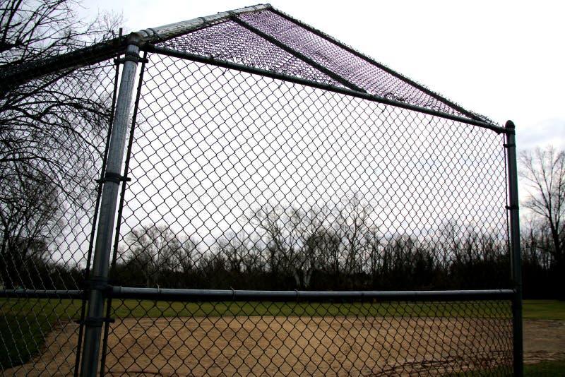 Questi gabbia e campo di battuta stanno aspettando il tempo e la primavera caldi immagine stock