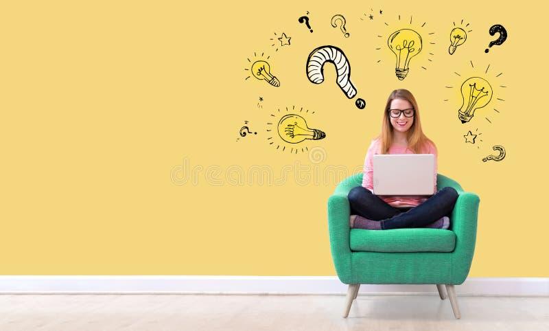 Question avec les ampoules avec la femme à l'aide d'un ordinateur portable images libres de droits