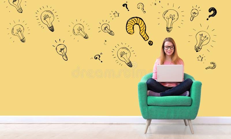 Question avec les ampoules avec la femme à l'aide d'un ordinateur portable image libre de droits