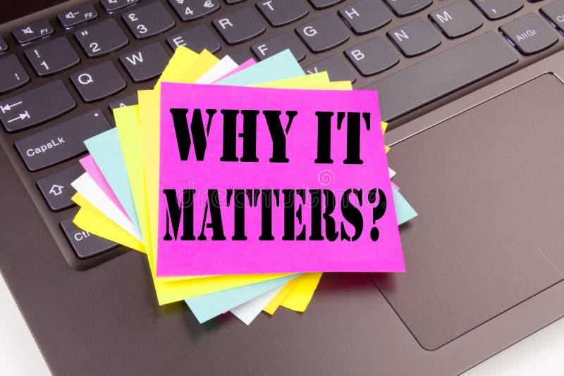 Question d'écriture pourquoi elle importe texte fait en plan rapproché de bureau sur le clavier d'ordinateur portable Concept d'a image stock