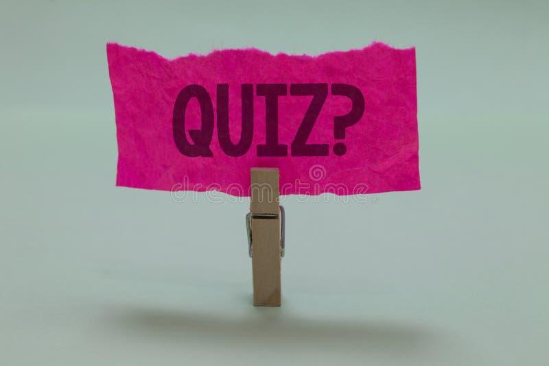 Question de jeu-concours des textes d'écriture de Word Le concept d'affaires examine pour faire court l'examen d'évaluation pour  images libres de droits