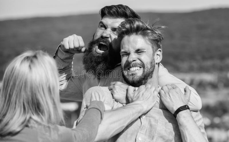Question de relations d'amour Amant agressif d'attaques d'homme de son amie Concept de direction et de concurrence essais de femm image libre de droits
