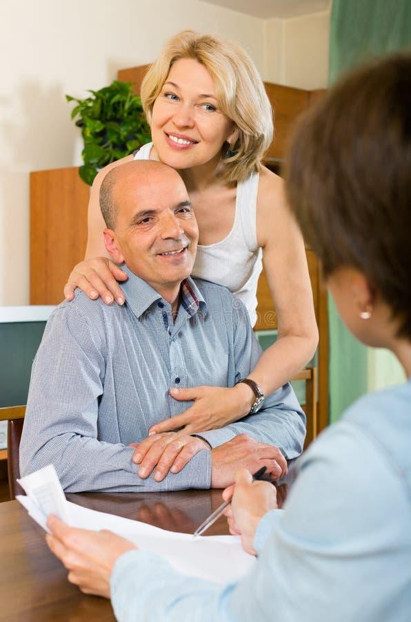 Questionario delle coppie per il lavoratore commercializzante o employeeany invecchiato immagine stock libera da diritti