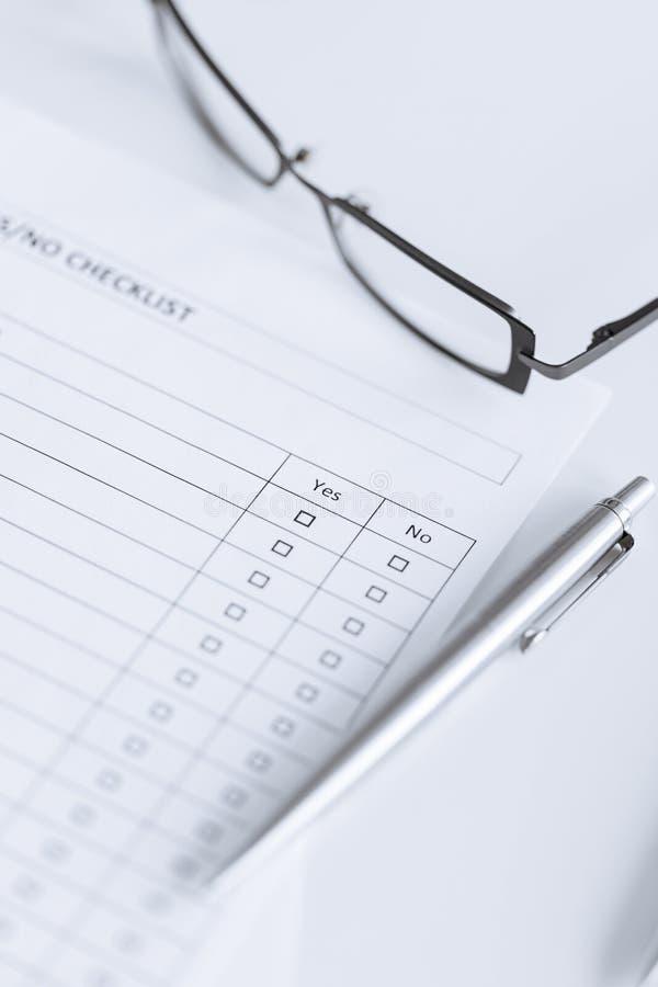 Questionario o formulario in bianco con gli occhiali immagini stock libere da diritti