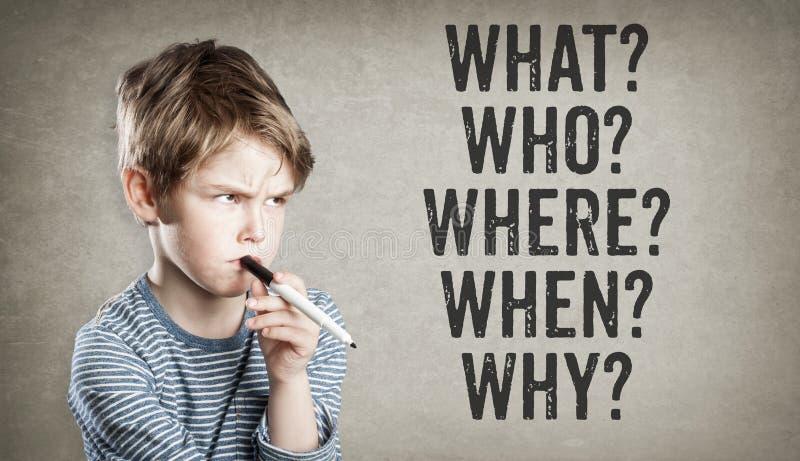 questions 5W, ce qui, qui, où, quand, pourquoi, garçon sur le backgro grunge images stock