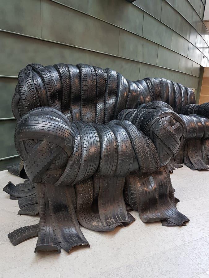 Questo è il modo in cui si possono usare i vecchi pneumatici. immagine stock libera da diritti