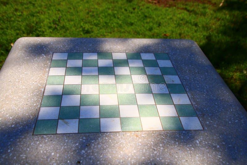 Questo bordo del gioco per scacchi o i controllori è esterno nella tonalità fotografie stock