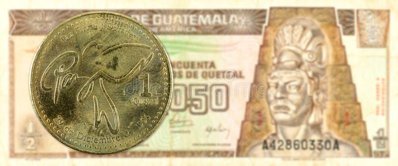 1 quetzalmynt mot för quetzalsedel för 0,5 guatemalan avers royaltyfria foton