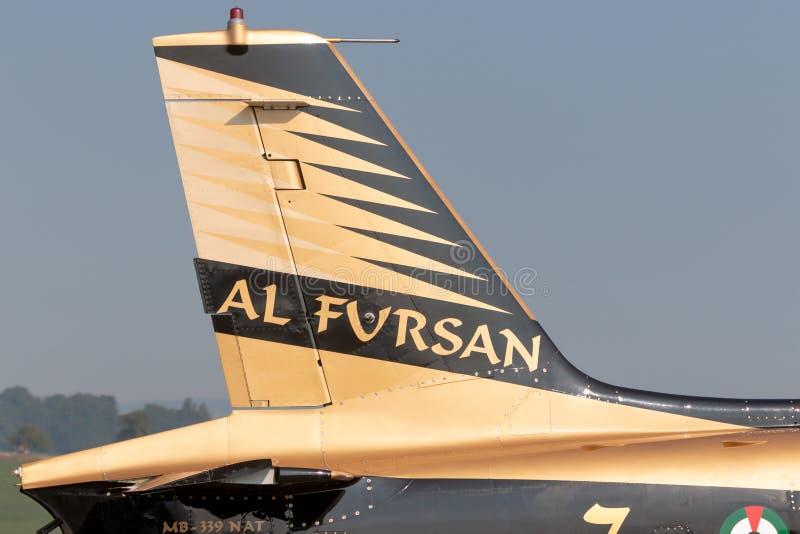 Queue des avions d'entraînement à réaction d'Aermacchi MB-339 de l'équipe d'Al Fursan Aerobatic de l'Armée de l'Air des Emirats A images stock
