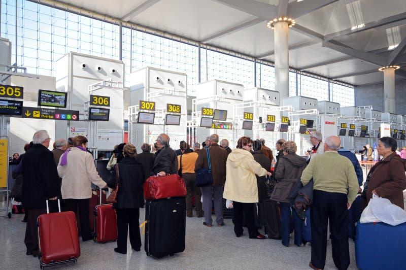 Queus在登记书桌,马拉加机场。 免版税库存图片