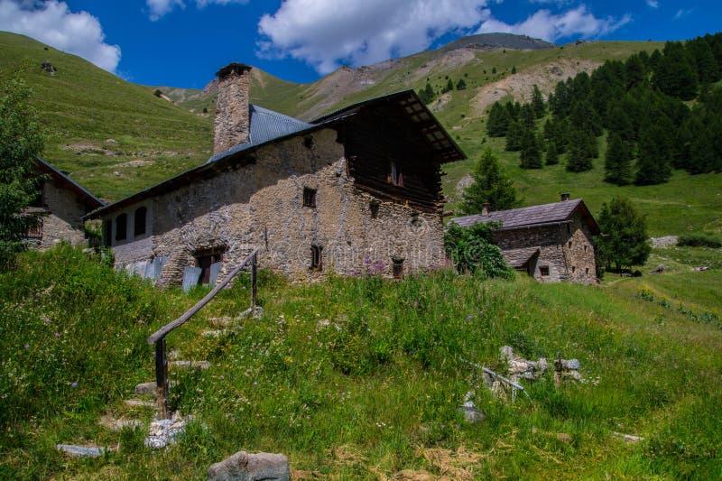 Queyras noir del ceillac de Bois en Altos Alpes en Francia imagenes de archivo