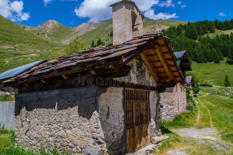Queyras noir do ceillac de Bois em Hautes-Alpes em france fotos de stock royalty free
